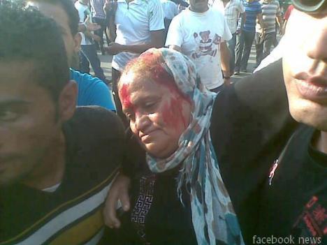 مصر / اعتداء عصابة الاخوان المسلمسن على امرأة مسنة في الميدان 2012/10/12